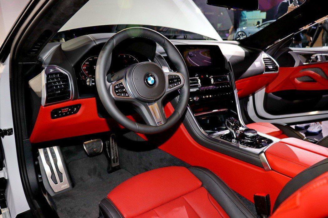 BMW M850i的M款多功能真皮方向盤及全真皮跑車座椅,兼具質感及熱血氛圍。 ...