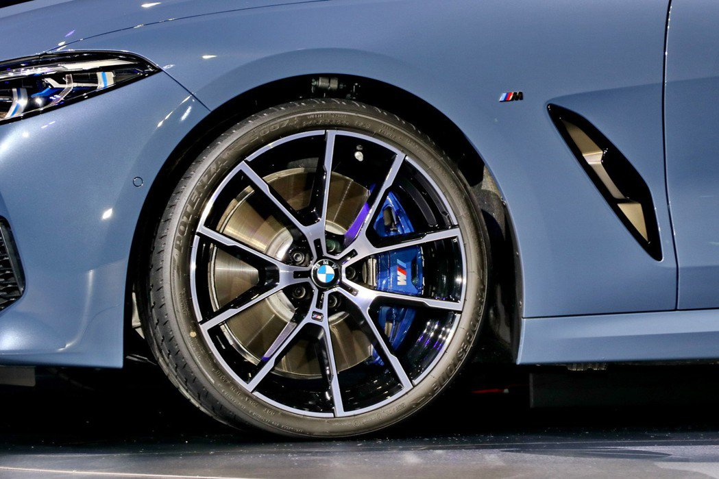 BMW M850i配備20吋的M款高性能胎圈。 記者陳威任/攝影