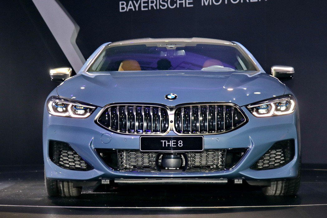 BMW M850i車頭以六角形的雙腎型水箱護罩點綴,輕量化的引擎蓋具有起伏的優美...