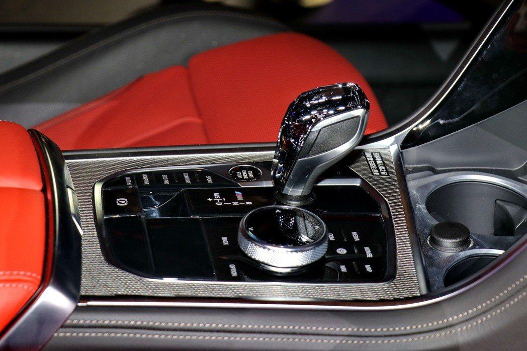 細節處更設置頂級水晶中控套件,排檔桿設計、中控台元件、音響控制鍵、引擎啟動鈕等處...