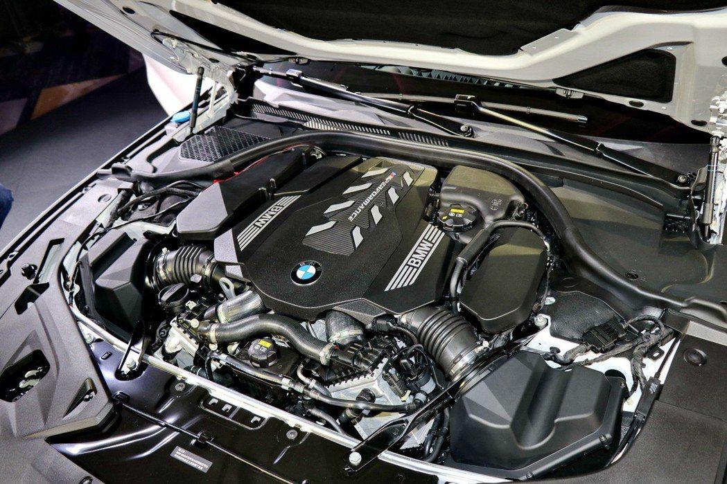 BMW M850i引擎蓋下的4.4升V8雙渦輪汽油引擎。 記者陳威任/攝影