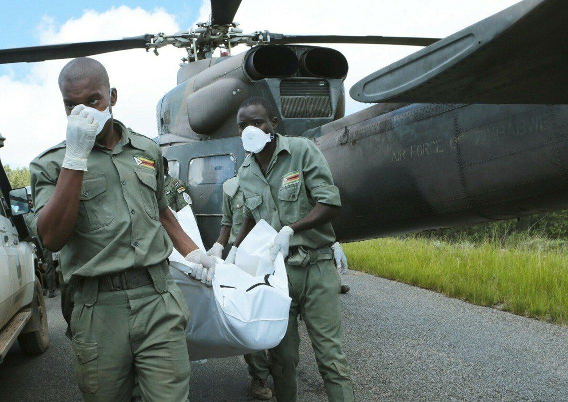圖為辛巴威東部的奇馬尼馬尼城(Chimanimani)救援。 圖/美聯社