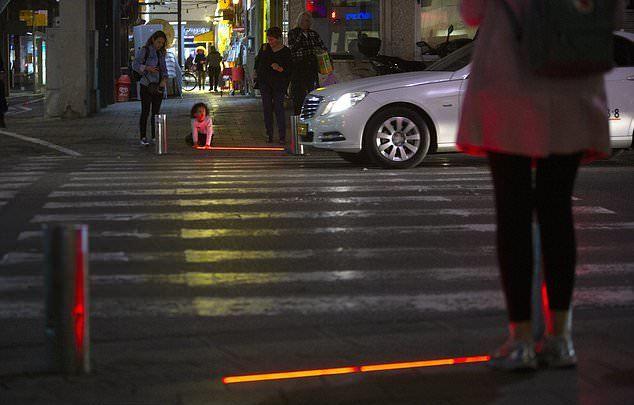 特拉維夫市政府為保護低頭族的用路安全,在斑馬線前的地面裝上嵌入式LED燈交通號誌...