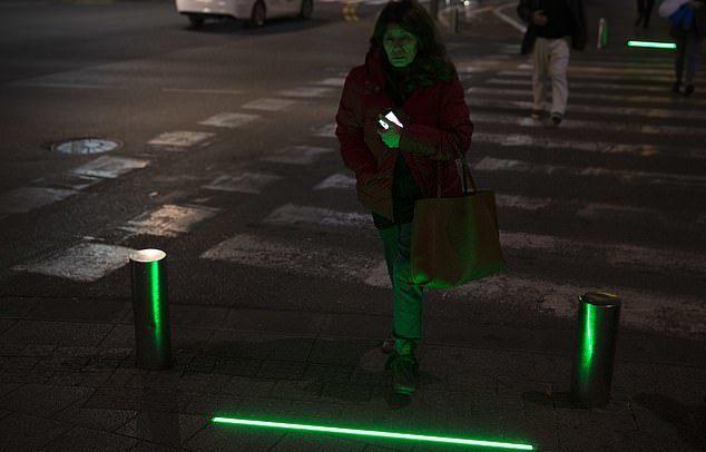 行人可藉由觀看腳下的燈號變換,知道何時可以安全行走或停下腳步。圖擷自《每日郵報》