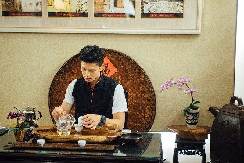 王聖鈞示範如何沖一杯好茶。(攝影/鄭弘敬)