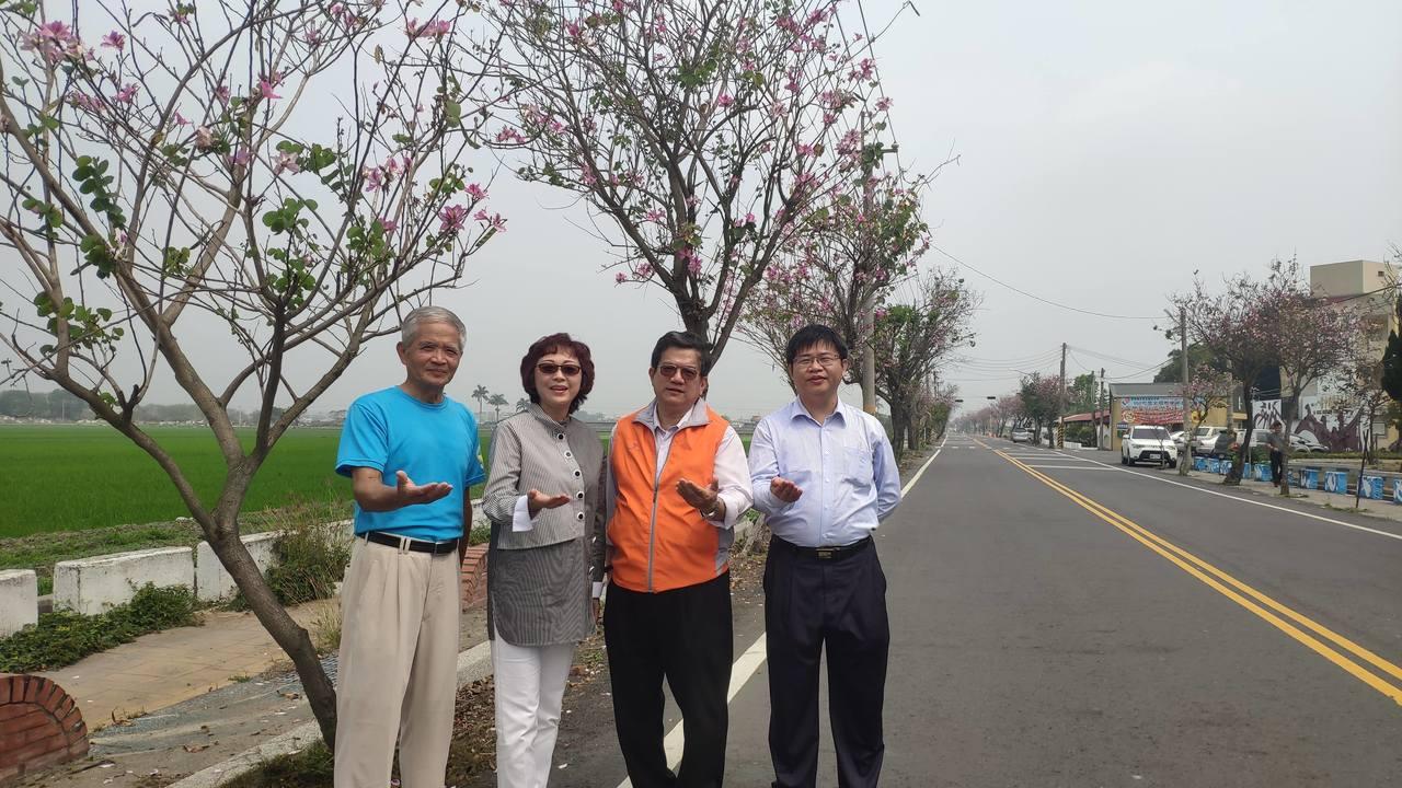 土庫鎮長張榮麗(左2)邀請大家來賞花。記者李京昇/攝影