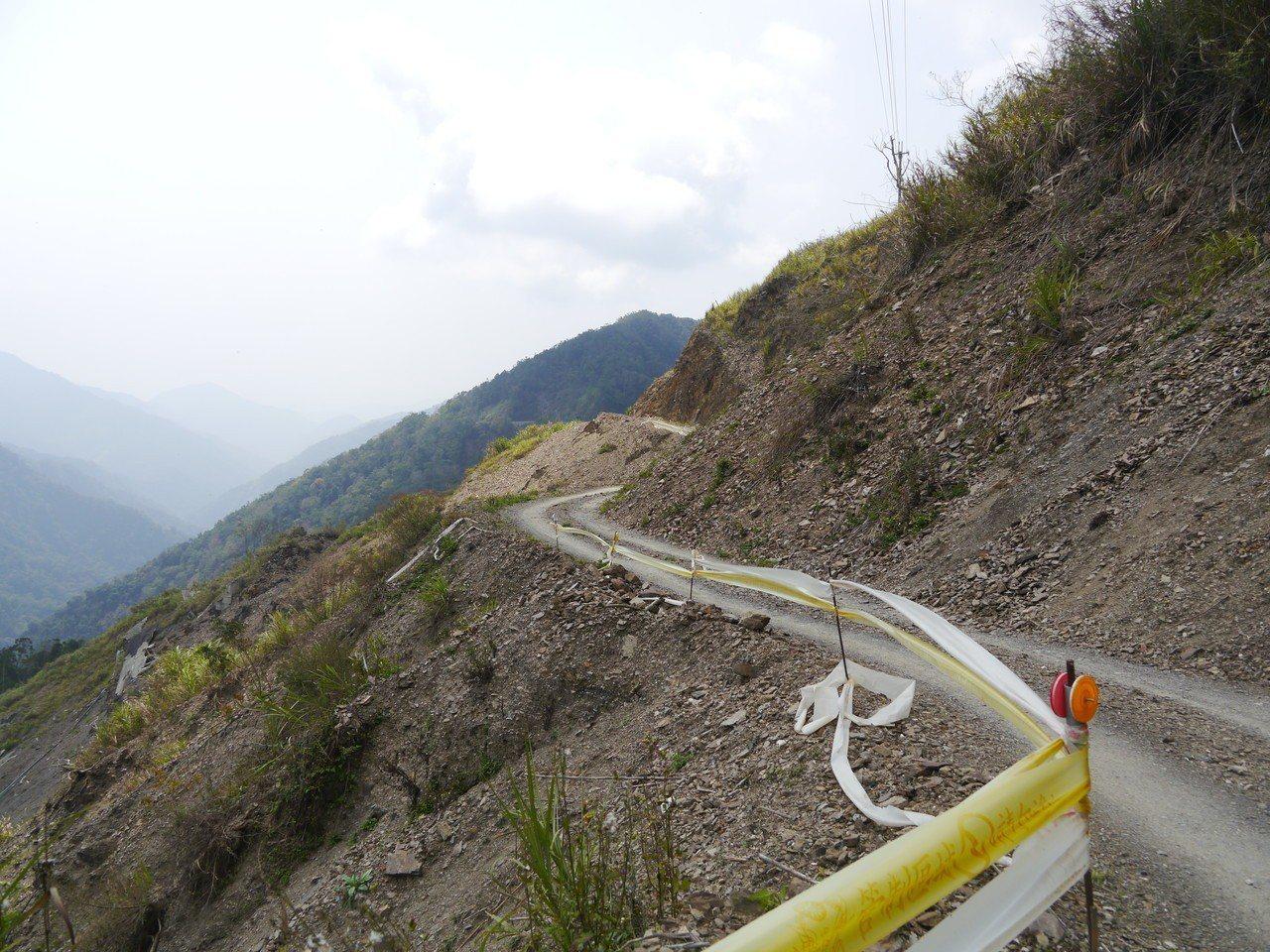 藤枝林道18公里至20公里園區入口路基嚴重崩塌,多年來仍持續發生坍方及地滑,便道...