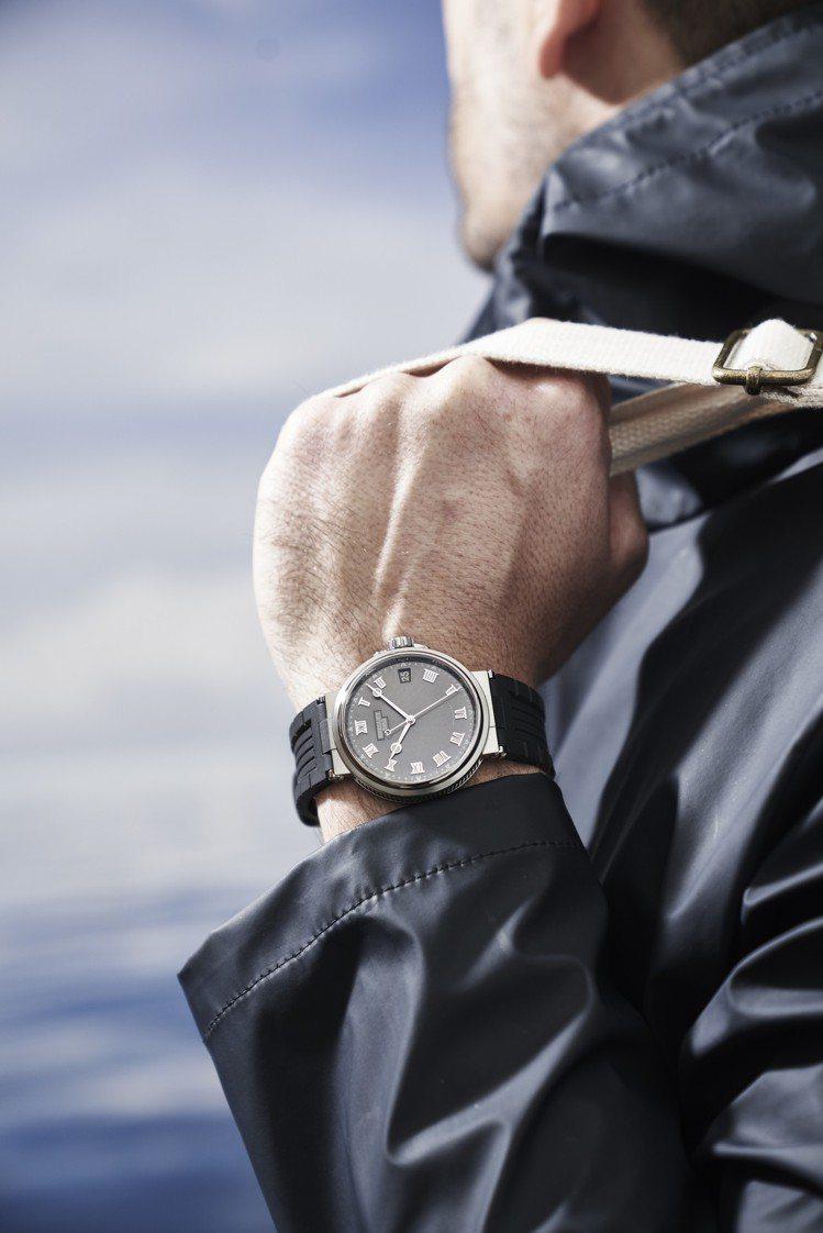 寶璣航海系列5517大三針日期腕表,鈦金屬表殼搭配橡膠表帶,約55萬9,000元...