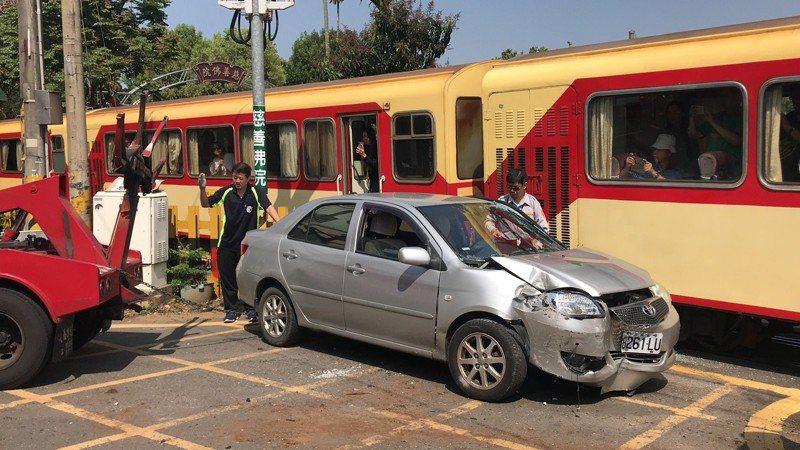阿里山小火車今早與轎車發生擦撞,轎車上3名乘客受傷送醫。記者姜宜菁/攝影