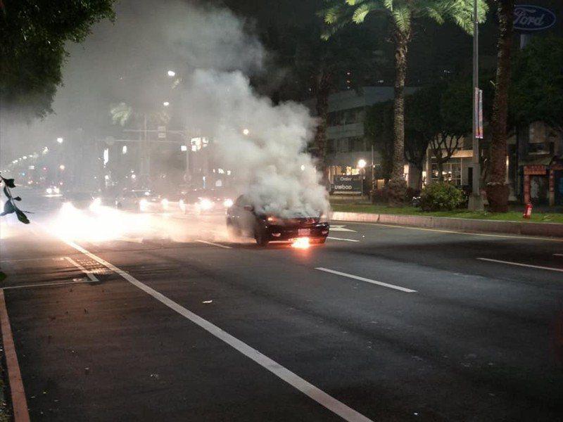 林口警分局文化派出所員警昨晚處理車禍,警用巡邏車卻燒了起來。圖/翻攝臉書林口大家庭