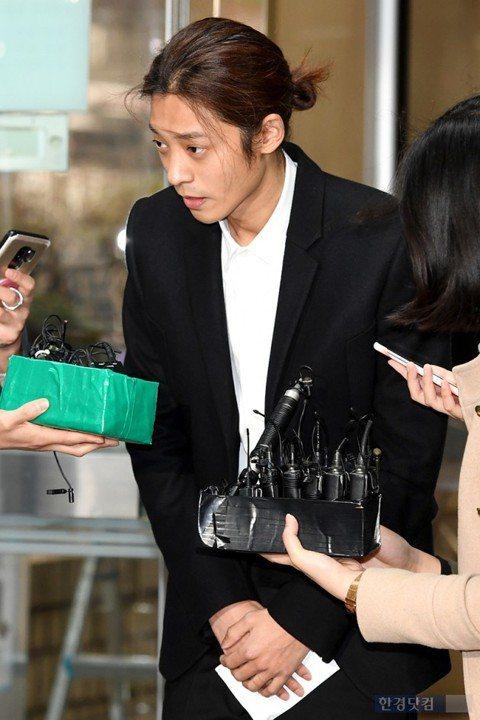 韓星鄭俊英涉嫌偷拍女性性愛影片,並傳導與BIGBANG前成員勝利等藝人群組,甚至和CNBLUE成員李宗泫討論「有哪些女人可上」等話題。今(21日)上午鄭俊英到首爾中廣地方法院,接受拘留前嫌疑人審問,...
