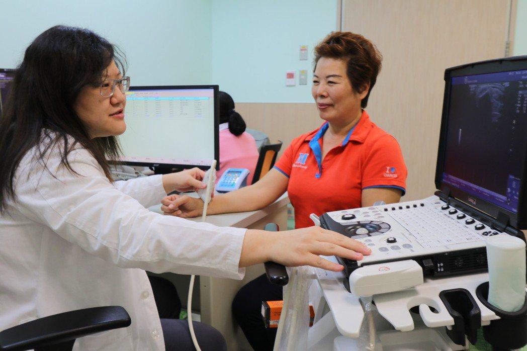亞洲大學附屬醫院復健部醫師簡郁佩(左)指出,肌腱滑膜囊炎專指大拇指近手腕側的伸拇...