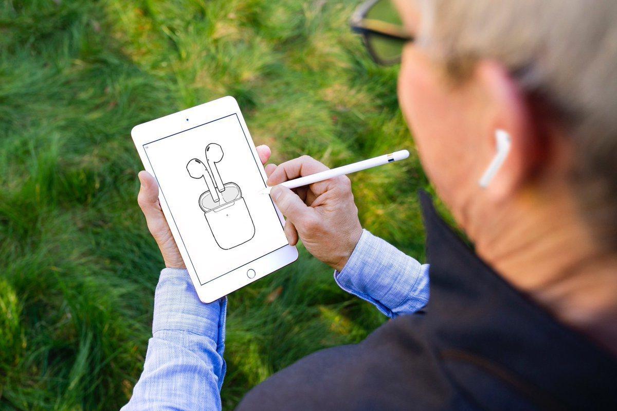 蘋果執行長庫克在個人推持上,貼出自己使用新產品的照片。 (圖片取自庫克推特)