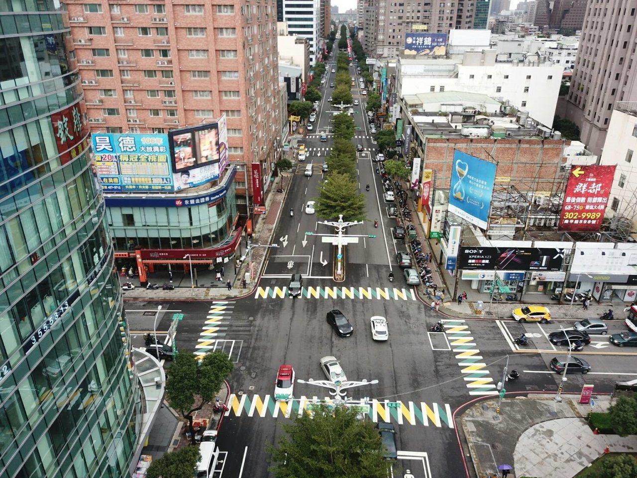 桃園市交通局在桃園藝文特區試辦彩色斑馬線。圖/桃市府交通局提供