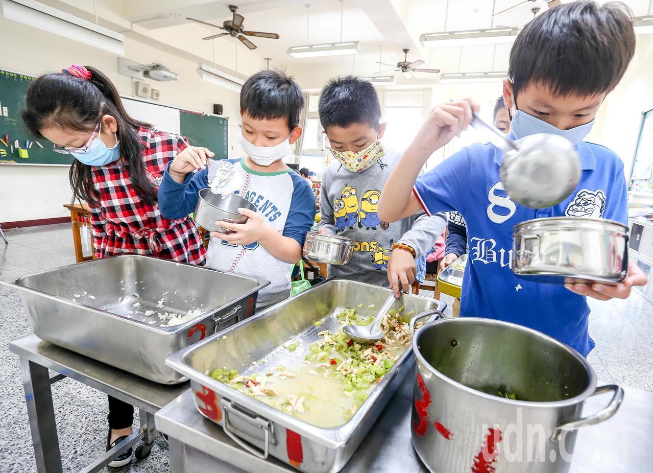 教育部預計5月提出營養午餐專法草案,未來可考量用班級規模以外的方式為營養師聘用計...