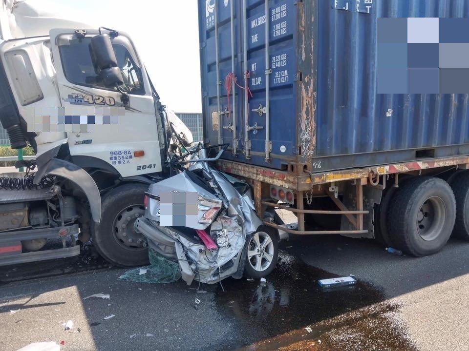 國道1號鼎金段重大連環撞 小車慘被夾聯結車中