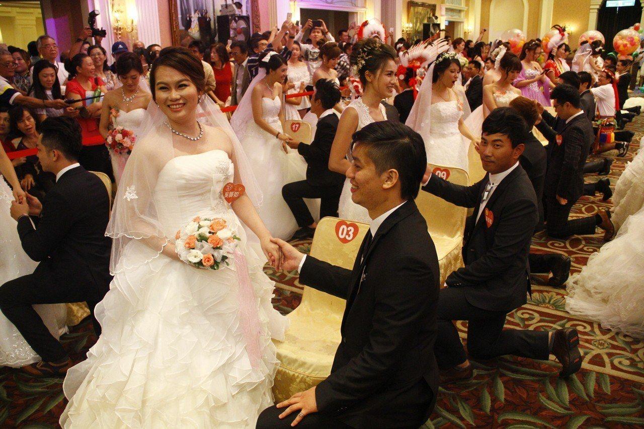 花蓮縣府舉辦集團結婚,鼓勵新人在花蓮成家立業,今年首度開放外縣市在花蓮工作者報名...
