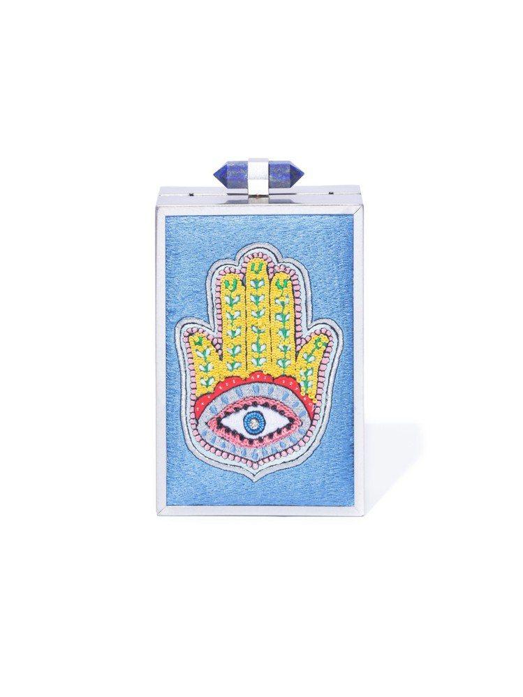 刺繡圖紋硬殼手拿包,23,500元。圖/Alice+Olivia提供
