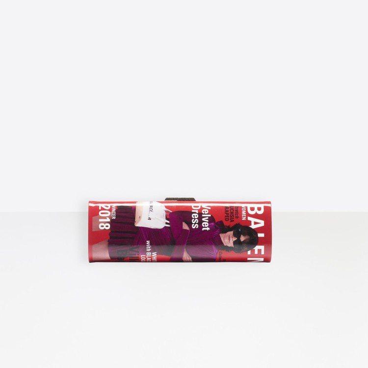 Balenciaga雜誌造型手拿包共有紅藍、綠黑兩種配色組合,封面的模特兒當然也...
