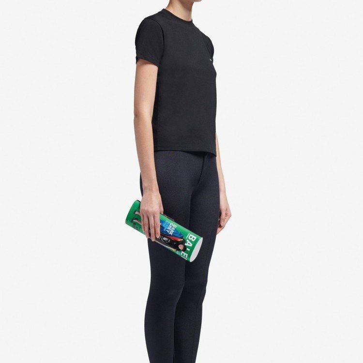 Balenciaga春夏推出一款雜誌造型的手拿包,長捲筒的設計就像是把雜誌捲成卷...