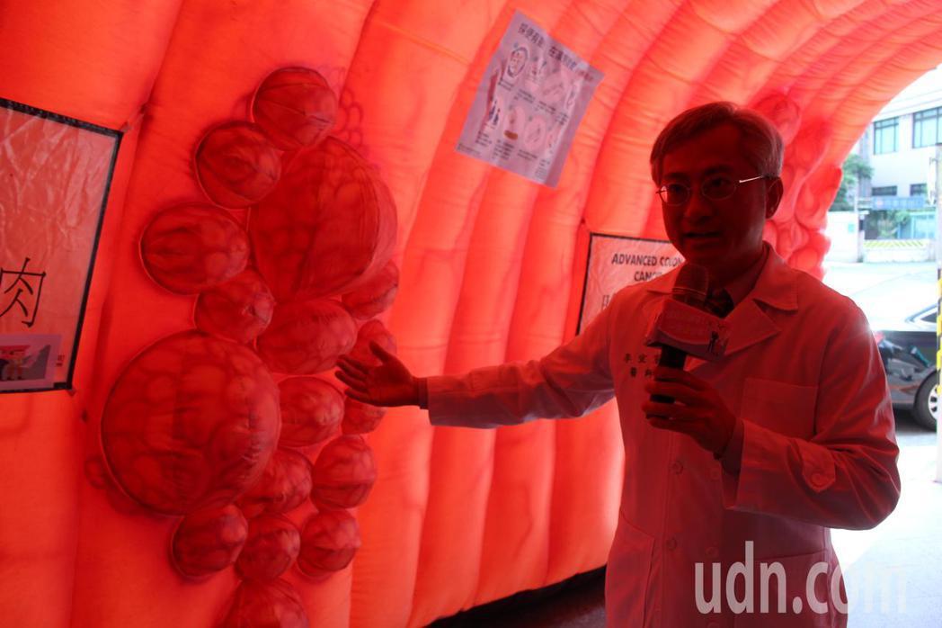 台大醫院內科部胃腸肝膽科主治醫師李宜家(圖)在大腸隧道講解大腸瘜肉變成大腸癌的過...