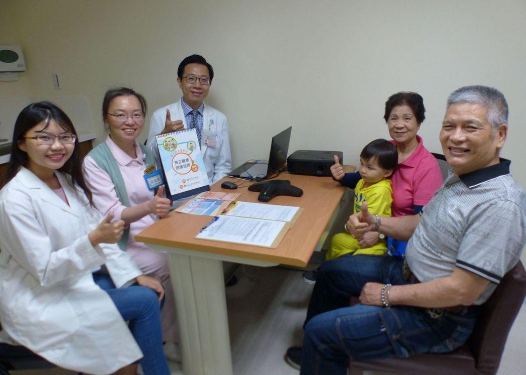 74歲唐姓榮民(右起)與妻子今天連袂到台中榮總,諮詢如何簽署預立醫療決定,希望能...