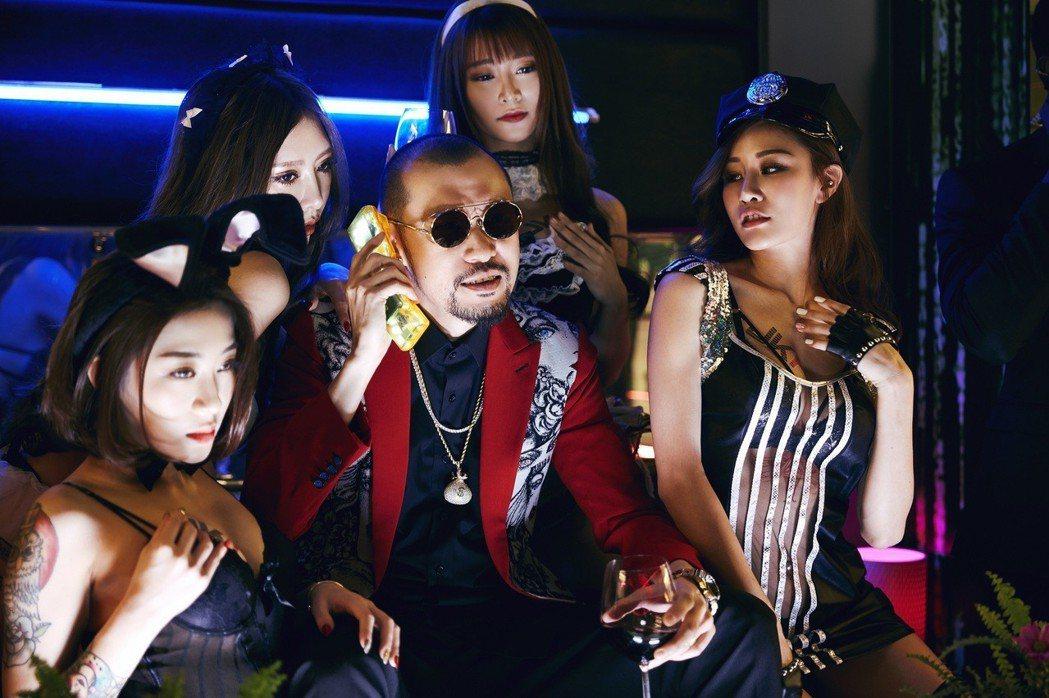MC HotDog(中)在MV裡也有演出。圖/索尼提供