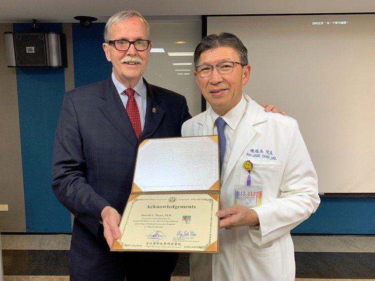 美國外科醫學會理事長Ronald Maier(左)上周應邀來台北醫學大學附設醫院...