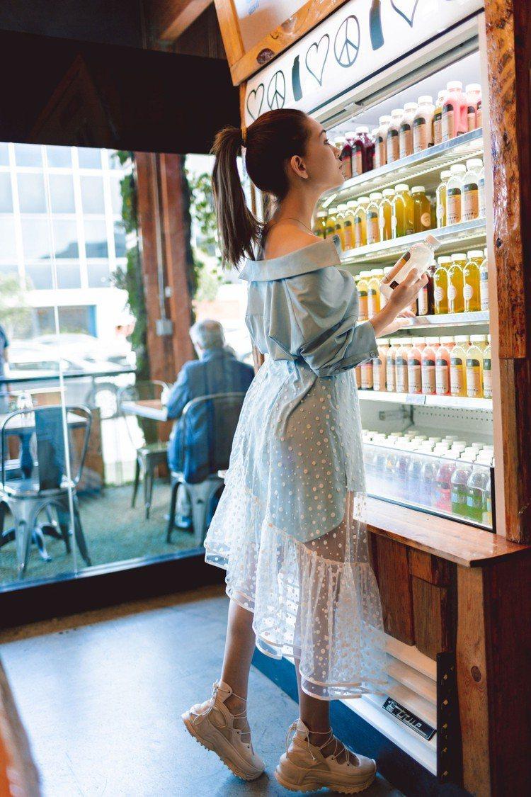 昆凌身上穿的是腰間收褶設計襯衫2,580元搭配圓點植絨網紗裙2,480元。圖/取...