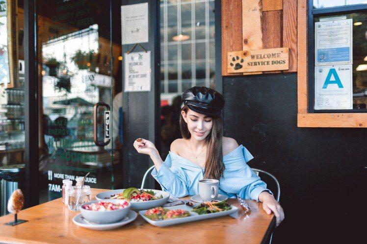 昆凌以食記方式宣傳自家的服裝。圖/取自JENDES官網