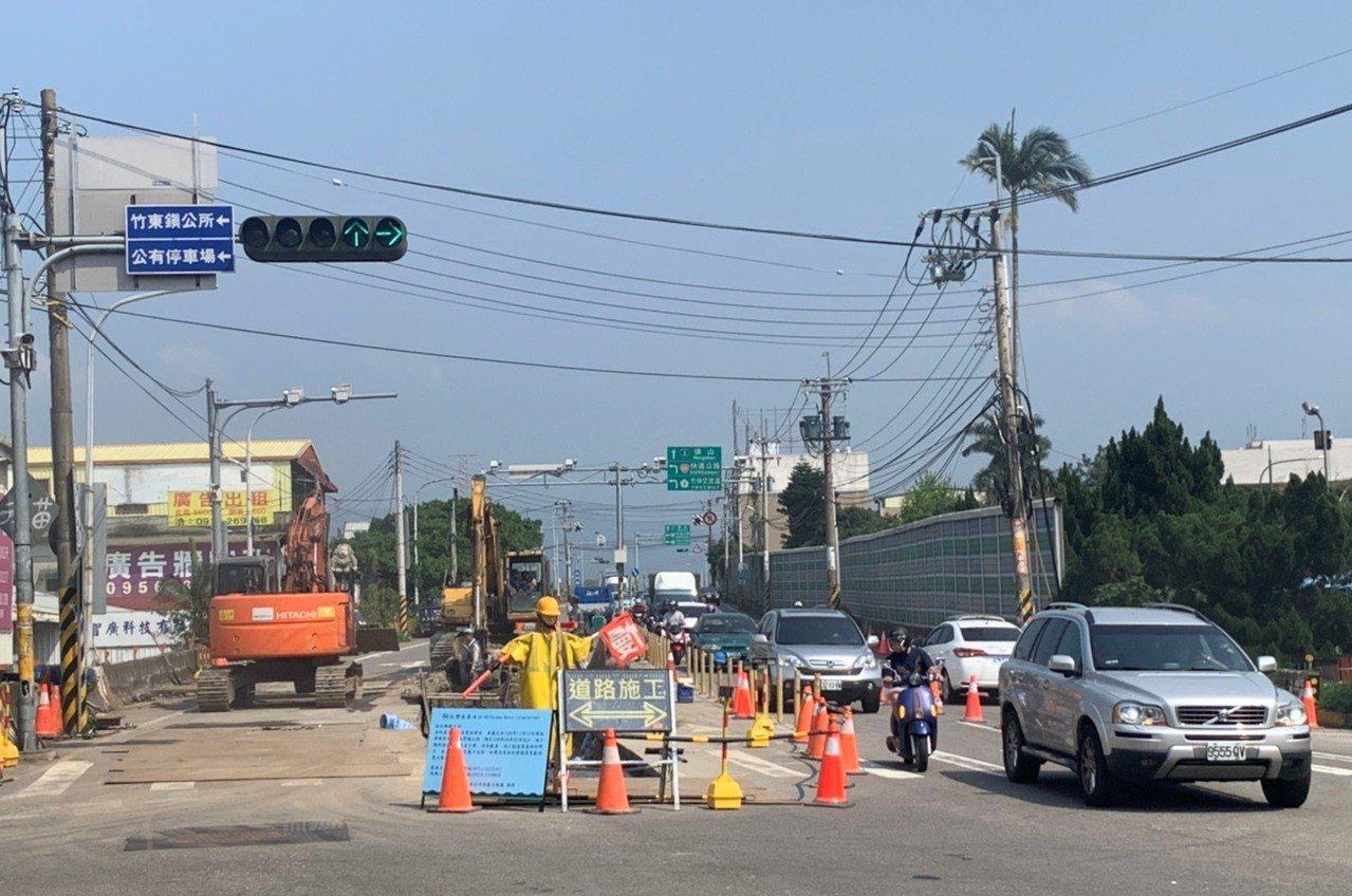 台68線東西向快速公路竹東端出口,從出口到竹東榮民醫院的路段,從19日起進行自來...