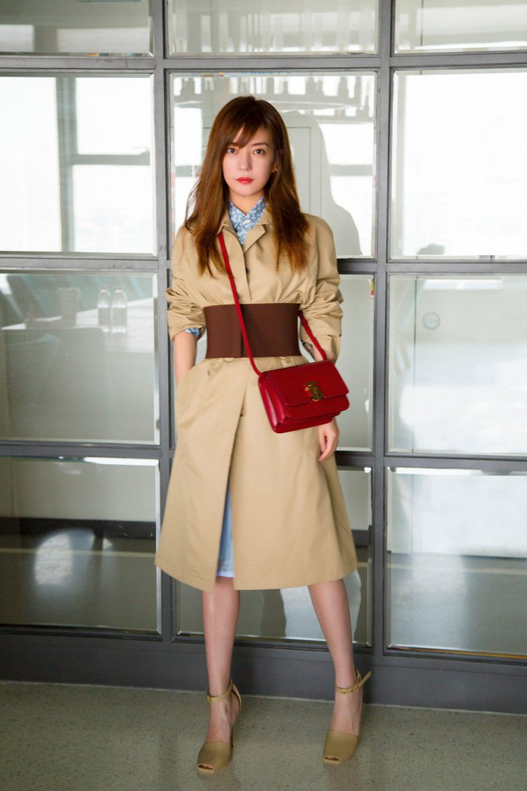 趙薇詮釋深紅色款式的TB Bag,霸氣而自信。圖/BURBERRY提供