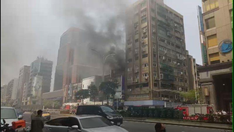 台北市南京東路5段一棟四層樓公寓頂加,近午時突竄出濃煙,消防局獲報立刻派出大批消防人員及車輛前往灌救,火勢在20分鐘內撲滅,所幸沒有造成人員傷亡。記者王彥鈞/攝影
