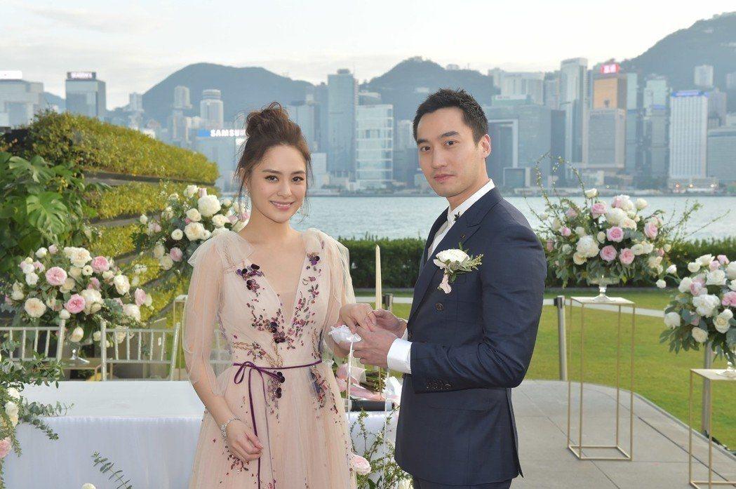 鍾欣潼(左)與老公賴弘國結婚。圖/CFP