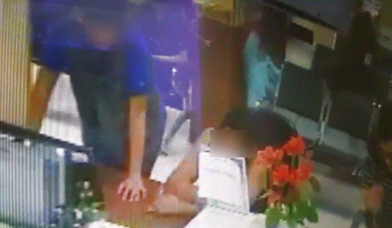 男童(穿淺藍綠色上衣者),遭踹撞牆。記者郭宣彣/翻攝