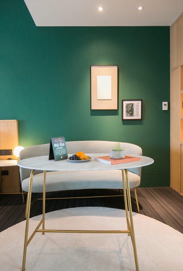 金普頓酒店在客房中提供免費的瑜珈器具以及24小時的瑜珈頻道。圖/金普頓大安提供