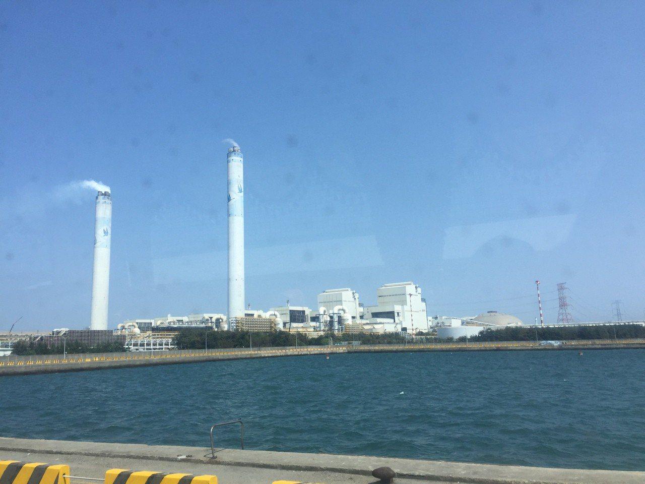 台塑六輕廠區共有十六座汽電共生機組煙囪,投入四十七億元,以煙氣加熱器(MGGH)...