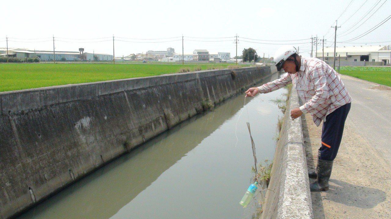 在當地做友善種植的何梵誠說,不少移工來此捕魚,恐因而吃下有毒的魚。記者謝恩得/攝...