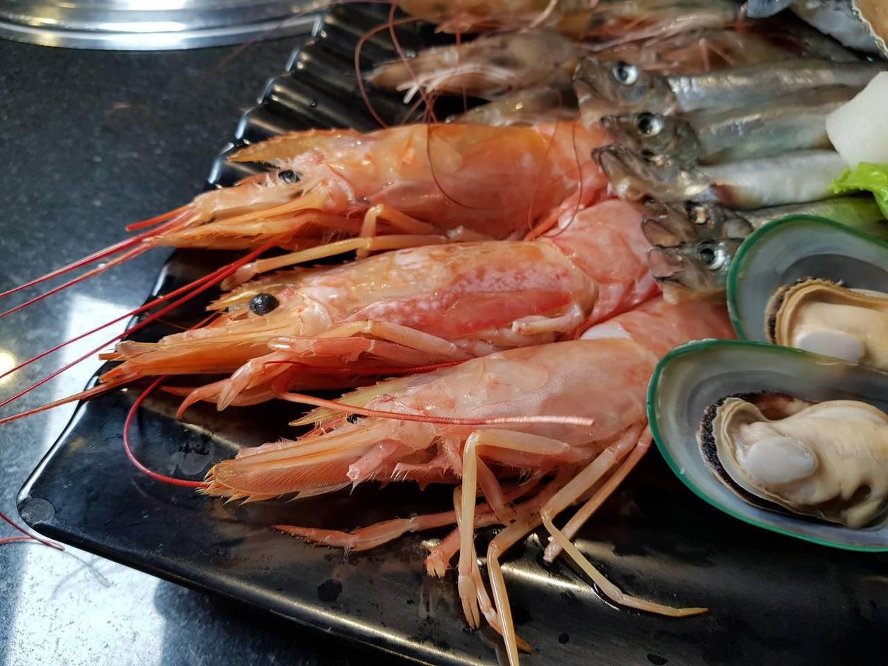 參加臉書或IG打卡活動,每人可獲贈1隻天使紅蝦。記者陳睿中/攝影