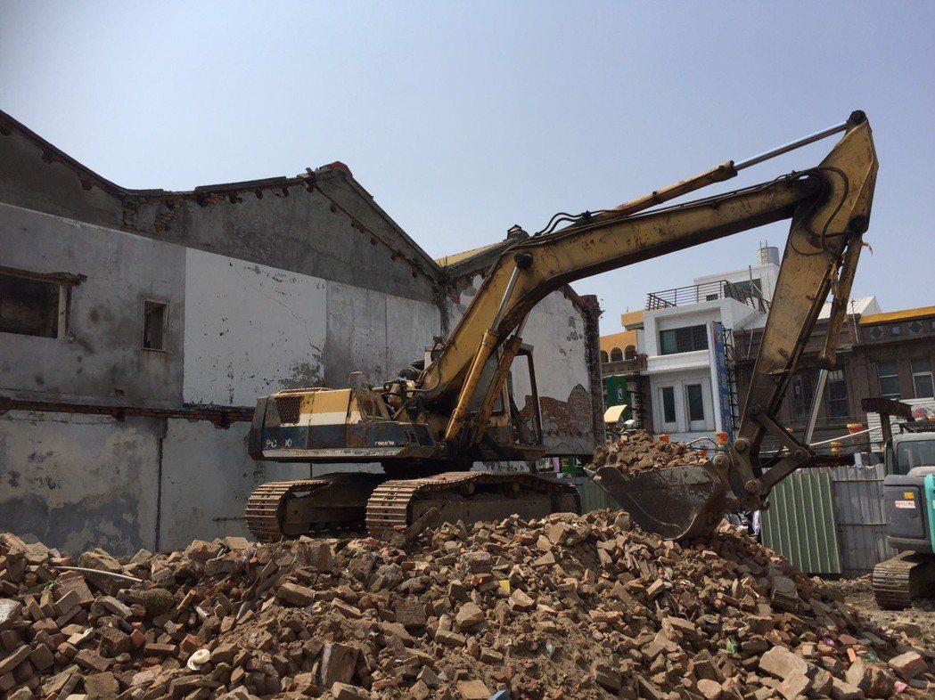 彰化縣鹿港鎮老房子愈拆愈快,昨天又有二幢老建物被拆,是前百川醫院旁的老屋,台灣小...