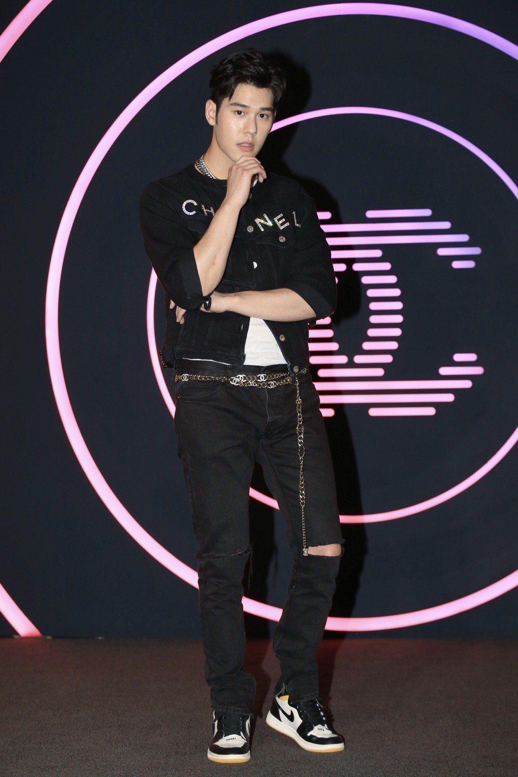 周予天穿香奈兒黑色雙C Logo牛仔外套14萬7,700元。記者林伯東/攝影