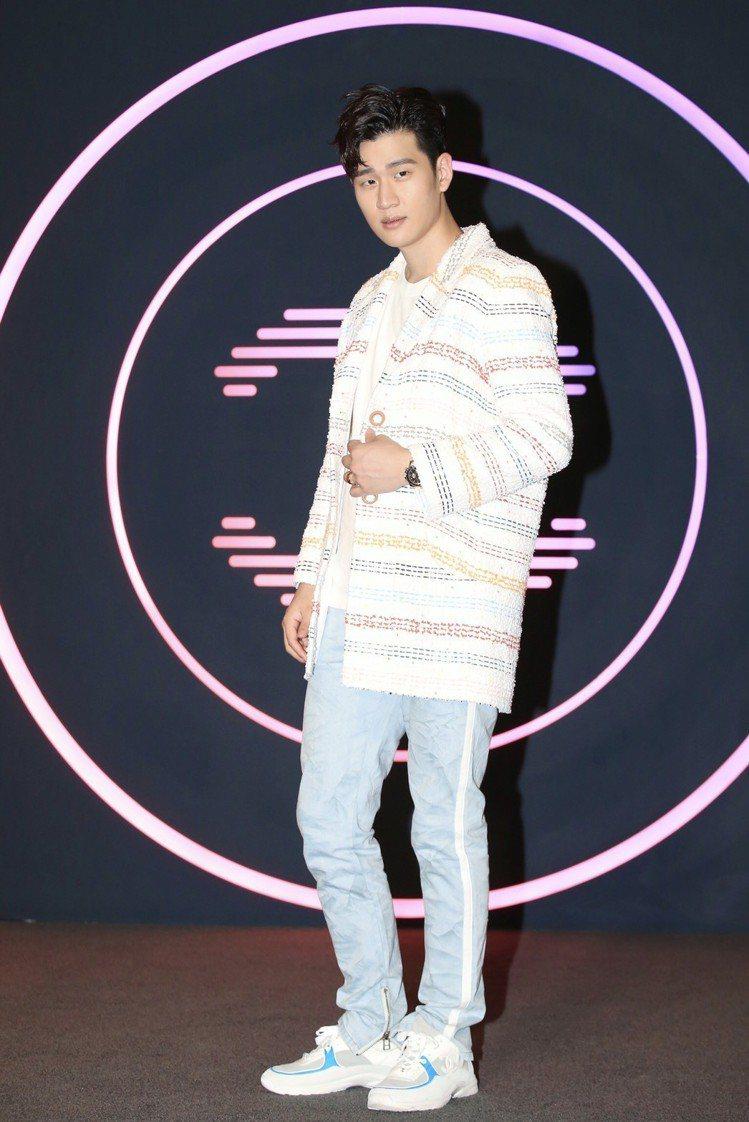 周興哲穿香奈兒春夏彩色條紋斜紋軟呢大衣17萬3,800元。記者林伯東/攝影