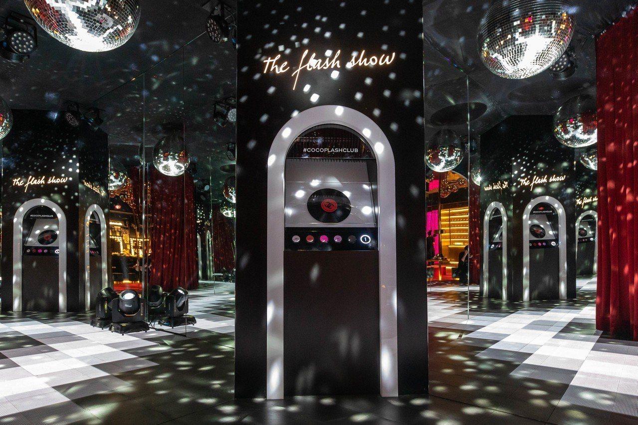 香奈兒COCO放閃俱樂部,有鏡球的閃耀將人置身80年代的迪斯可。圖/香奈兒提供