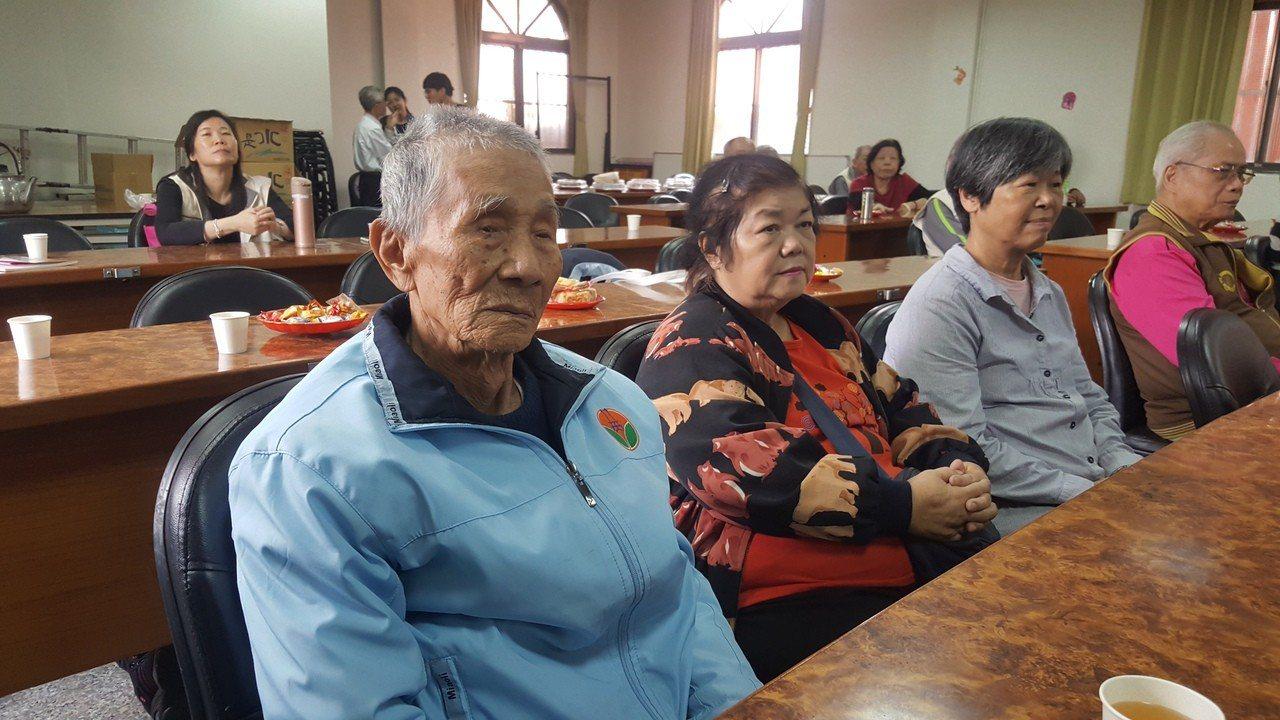 94歲的耆老林萬發(左)出席新書發表會。記者胡蓬生/攝影