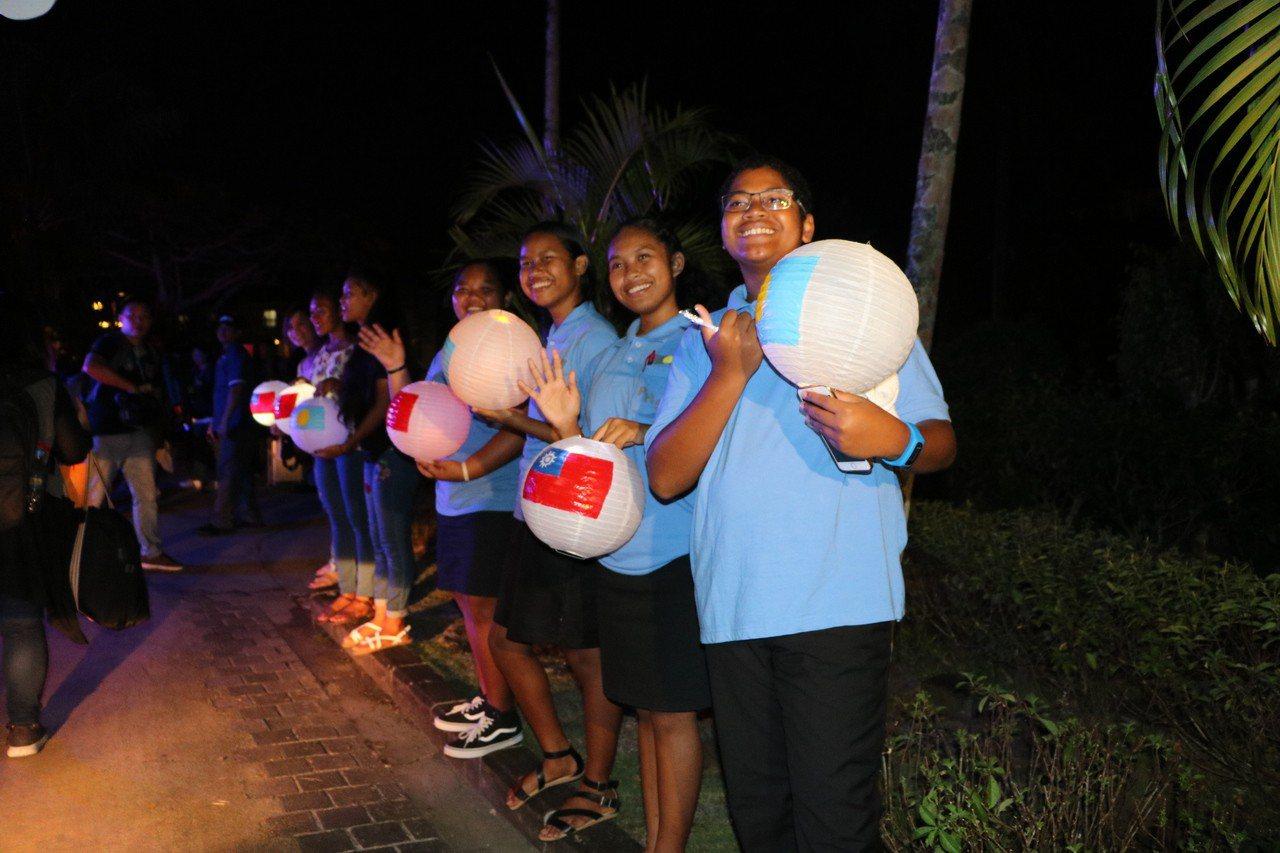 帛琉民眾手持印有兩國國旗的「小燈籠」歡迎蔡總統到訪。記者周佑政/攝影