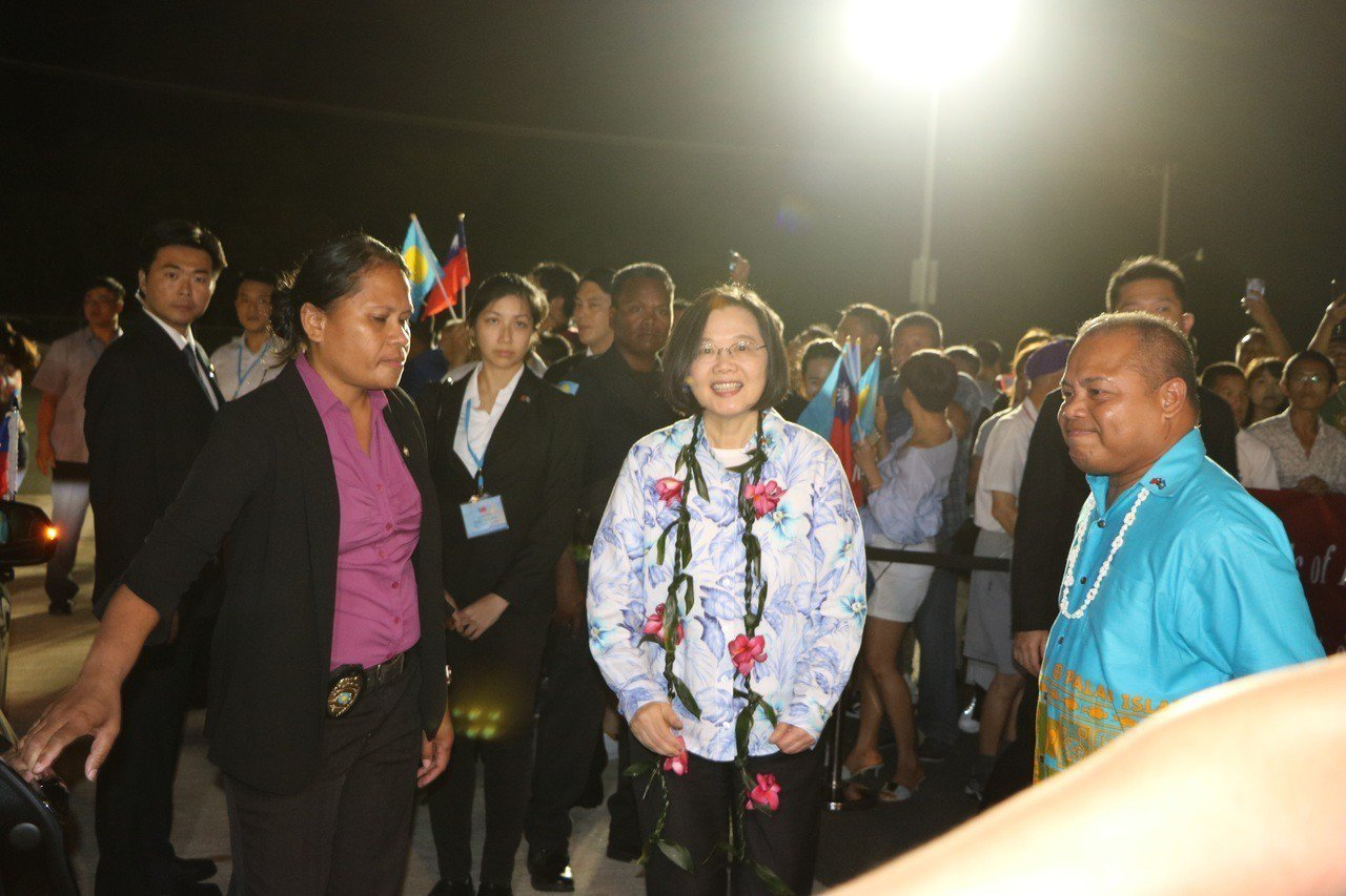 帛琉副總統歐宜樓(右)迎接蔡總統到訪。記者周佑政/攝影