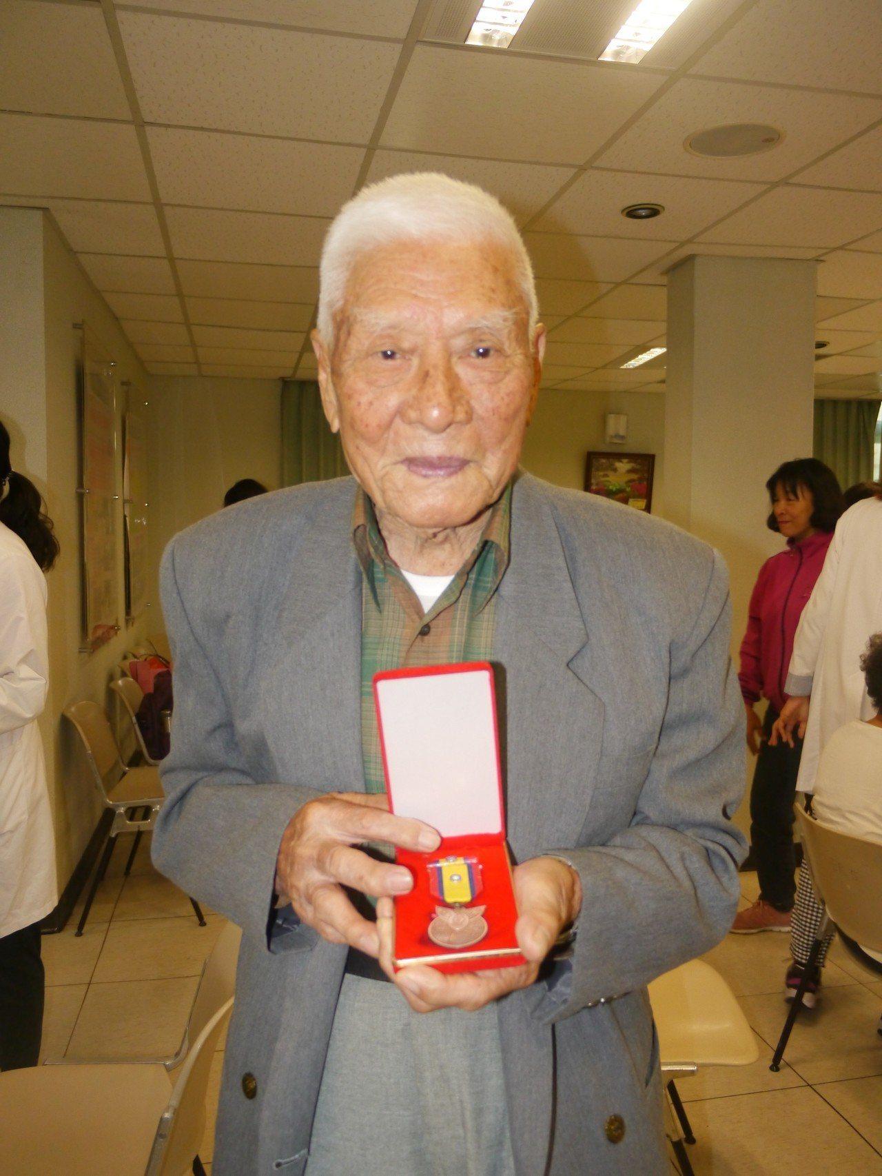 姜之發領有抗戰勝利紀念章,這個勳章珍藏多年。記者徐白櫻/攝影