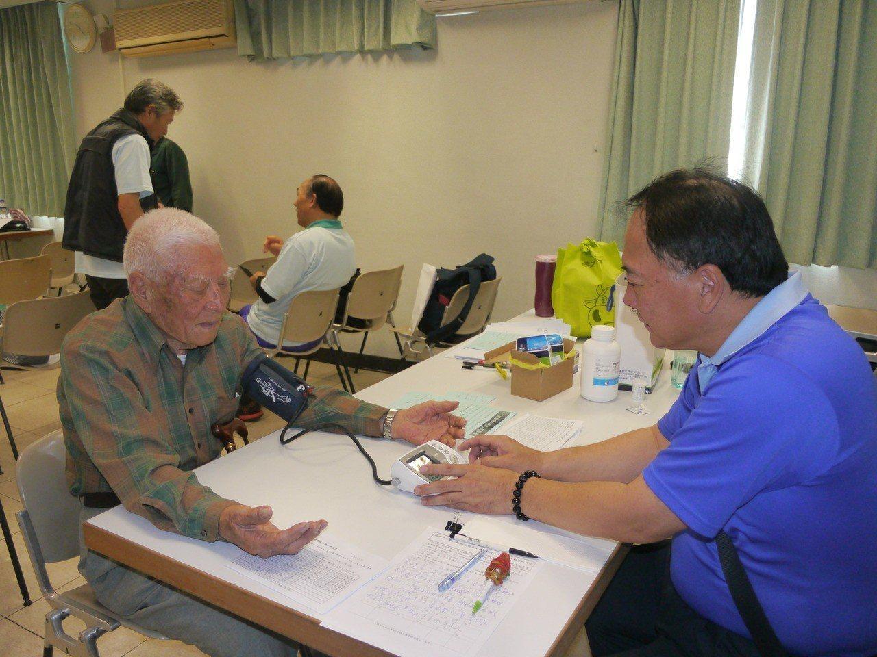 姜之發在課程休息時間接受醫護人員測量血壓。記者徐白櫻/攝影