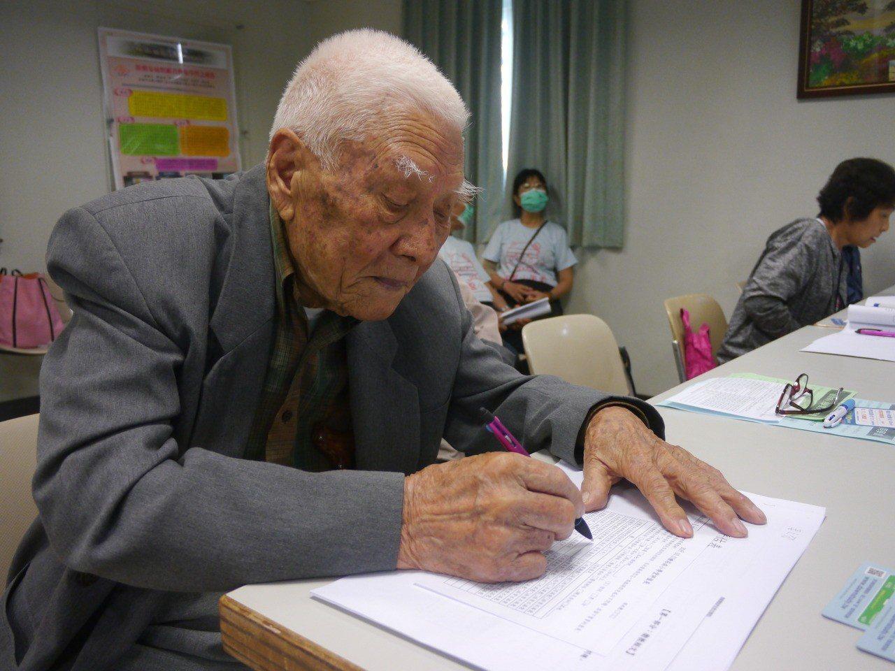 百歲榮民姜之發參加小學堂課程,上課時神情認真。記者徐白櫻/攝影