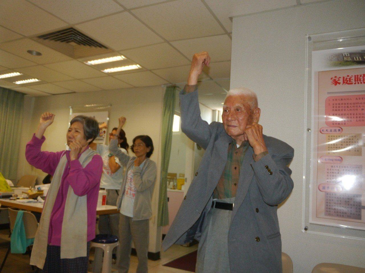 「鳳醫小學堂」安排健身操課程,訓練長者增強肌力。記者徐白櫻/攝影